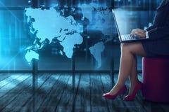 Mulher de negócio que datilografa com portátil Imagem de Stock Royalty Free