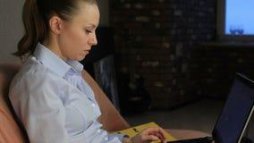 Mulher de negócio que datilografa em um computador filme