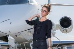 Mulher de negócio que deixa um avião Imagem de Stock