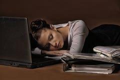 Mulher de negócio que dorme na frente do portátil fotos de stock royalty free