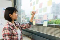Mulher de negócio que está na frente da parede de vidro Imagens de Stock Royalty Free