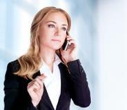 Mulher de negócio que fala no telefone Fotografia de Stock Royalty Free