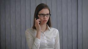 Mulher de negócio que fala no telefone Menina agradável no escritório Retrato vídeos de arquivo