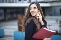 Mulher de negócio que fala ocasionalmente fora Fotos de Stock Royalty Free