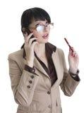 Mulher de negócio que fala sobre o telefone de pilha fotografia de stock