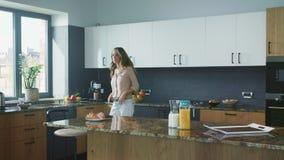 Mulher de negócio que faz o café na cozinha Planeamento feliz da mulher para comer o café da manhã filme