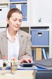 Mulher de negócio que faz o exame oficial dos livros contábeis de imposto fotos de stock