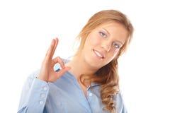 Mulher de negócio que faz o sorriso aprovado do sinal imagem de stock royalty free