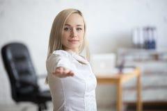 Mulher de negócio que faz a pose do guerreiro 2 Imagem de Stock Royalty Free