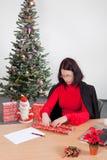 Mulher de negócio que faz presentes de Natal Fotografia de Stock