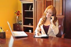 Mulher de negócio que faz um atendimento de telefone Foto de Stock Royalty Free