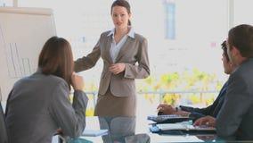 Mulher de negócio que faz uma apresentação video estoque