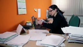 Mulher de negócio que faz uma chamada no trabalho video estoque