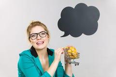 Mulher de negócio que guarda o carrinho de compras com bolo doce Fotografia de Stock Royalty Free