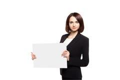 Mulher de negócio que guarda o cartaz vazio fotografia de stock