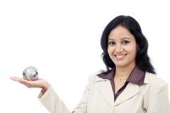 Mulher de negócio que guarda o globo do enigma foto de stock