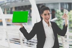 Mulher de negócio que guarda o portátil vazio para o negócio em linha m fotografia de stock