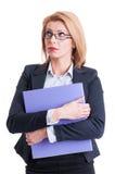 Mulher de negócio que guarda o portfólio e o pensamento Fotos de Stock Royalty Free