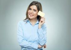 Mulher de negócio que guarda o retrato isolado do cartão de crédito fotografia de stock