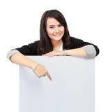 Mulher de negócio que guardara um quadro de avisos vazio Imagens de Stock Royalty Free