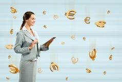 Mulher de negócio que guardara uma tabuleta Imagem de Stock Royalty Free