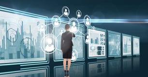 mulher de negócio que interage na sala 3d com dos painéis financeiros futuristas Fotos de Stock Royalty Free