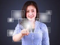 Mulher de negócio que joga o tela táctil moderno da tecnologia Imagem de Stock Royalty Free