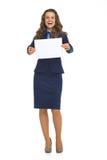 Mulher de negócio que mostra a folha do papel vazio Imagem de Stock Royalty Free