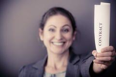 Mulher de negócio que mostra o contrato Fotografia de Stock Royalty Free