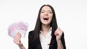 Mulher de negócio que mostra o fã do euro- dinheiro do dinheiro vídeos de arquivo