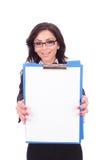 Mulher de negócio que mostra a prancheta fotos de stock