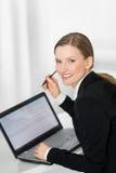 Mulher de negócio que mostra a tela vazia do portátil pronta para o texto Foto de Stock