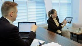 Mulher de negócio que obtém o sentido de seu chefe video estoque