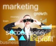 Mulher de negócio que olha através dos binóculos Imagem de Stock