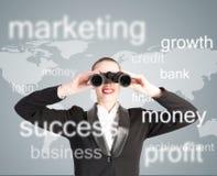 Mulher de negócio que olha através dos binóculos Fotografia de Stock
