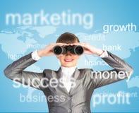 Mulher de negócio que olha através dos binóculos Imagens de Stock