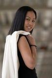 Mulher de negócio que olha sobre o ombro de Rght Fotografia de Stock Royalty Free