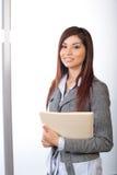 Mulher de negócio que prende documentos jurídicos Fotografia de Stock