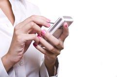 Mulher de negócio que prende um telemóvel Foto de Stock Royalty Free