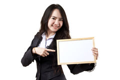 Mulher de negócio que prende uma placa branca em branco Foto de Stock Royalty Free