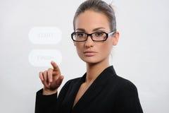 Mulher de negócio que pressiona uma tecla do écran sensível imagem de stock royalty free