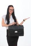 Mulher de negócio que realiza em sua pasta do couro da mão fotografia de stock