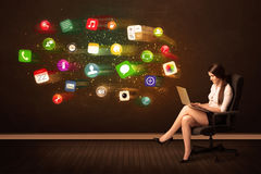 Mulher de negócio que senta-se na cadeira do escritório com portátil e colorida Imagem de Stock