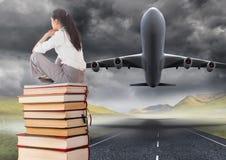 A mulher de negócio que senta-se nos livros empilhados pelo plano decola a pista de decolagem Fotos de Stock