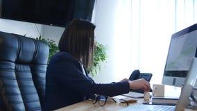 Mulher de negócio que sente doente no trabalho vídeos de arquivo
