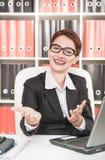 Mulher de negócio que sorri e que gesticula a boa vinda Imagens de Stock