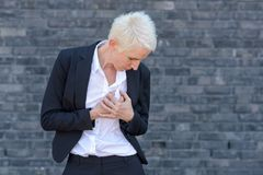 Mulher de negócio que tem um cardíaco de ataque fotos de stock