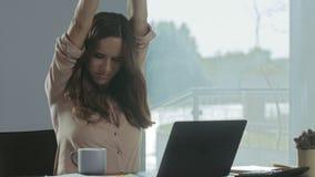 Mulher de negócio que tenta relaxar Mulher cansado que relaxa no local de trabalho remoto filme