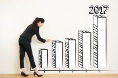 Mulher de negócio que tira sobre o gráfico da realização do alvo imagem de stock royalty free