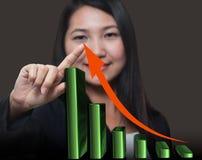 Mulher de negócio que toca na seta growthing Imagens de Stock Royalty Free